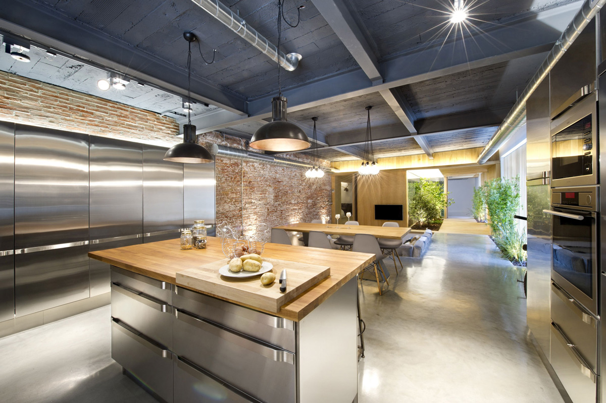 Commercial space turned into a loft style home in terrassa for Professional kitchen design