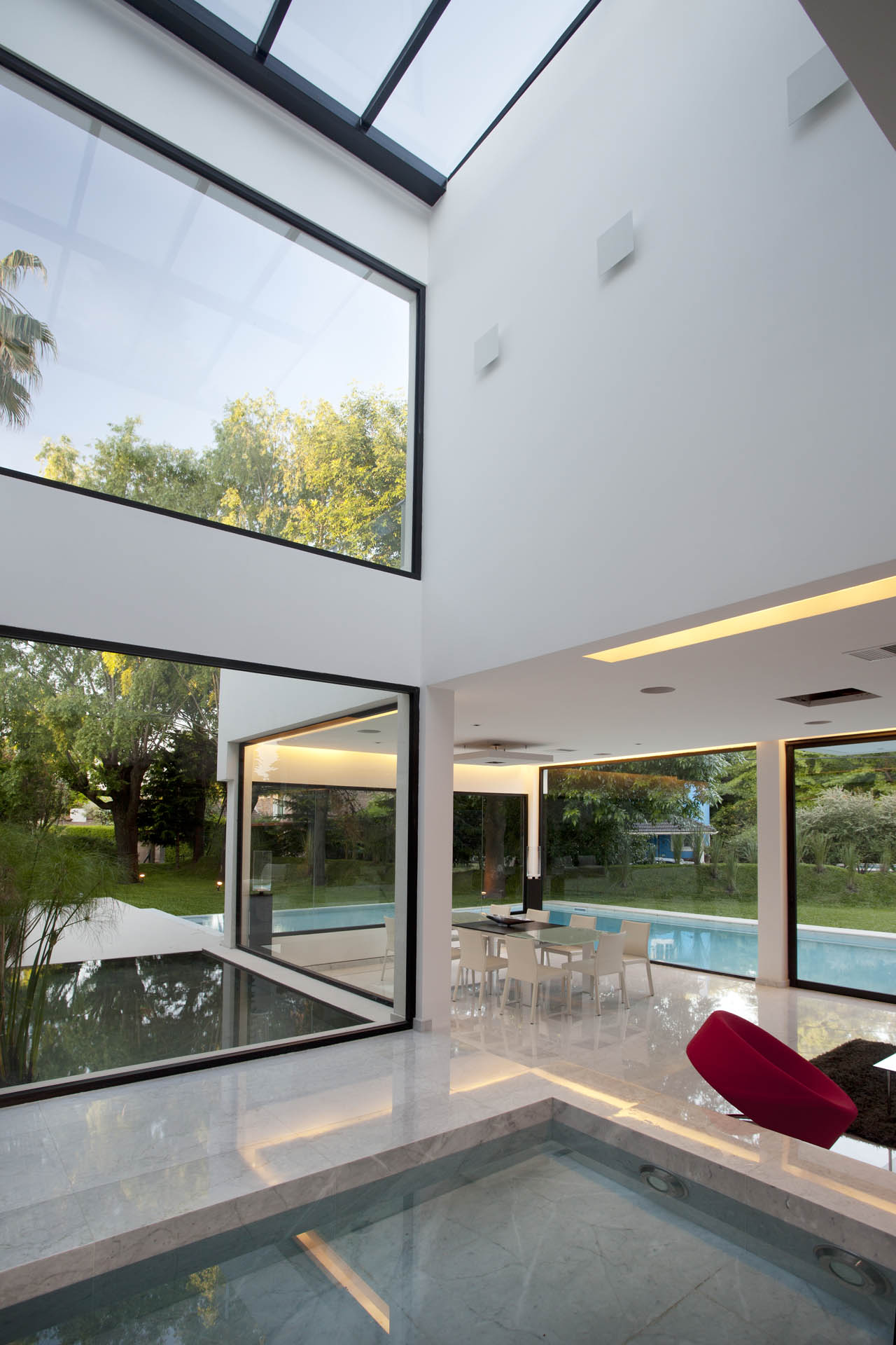 High ceilings large windows water feature modern house Modern houses with big windows