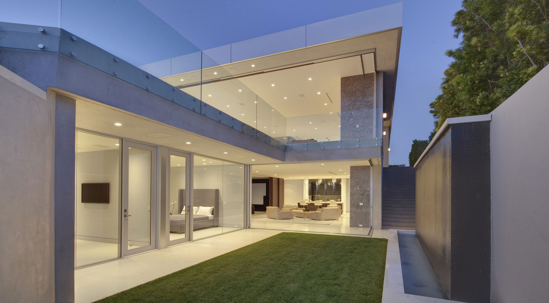 Lawn, Glass Walls, Tanager Residence in West Hollywood