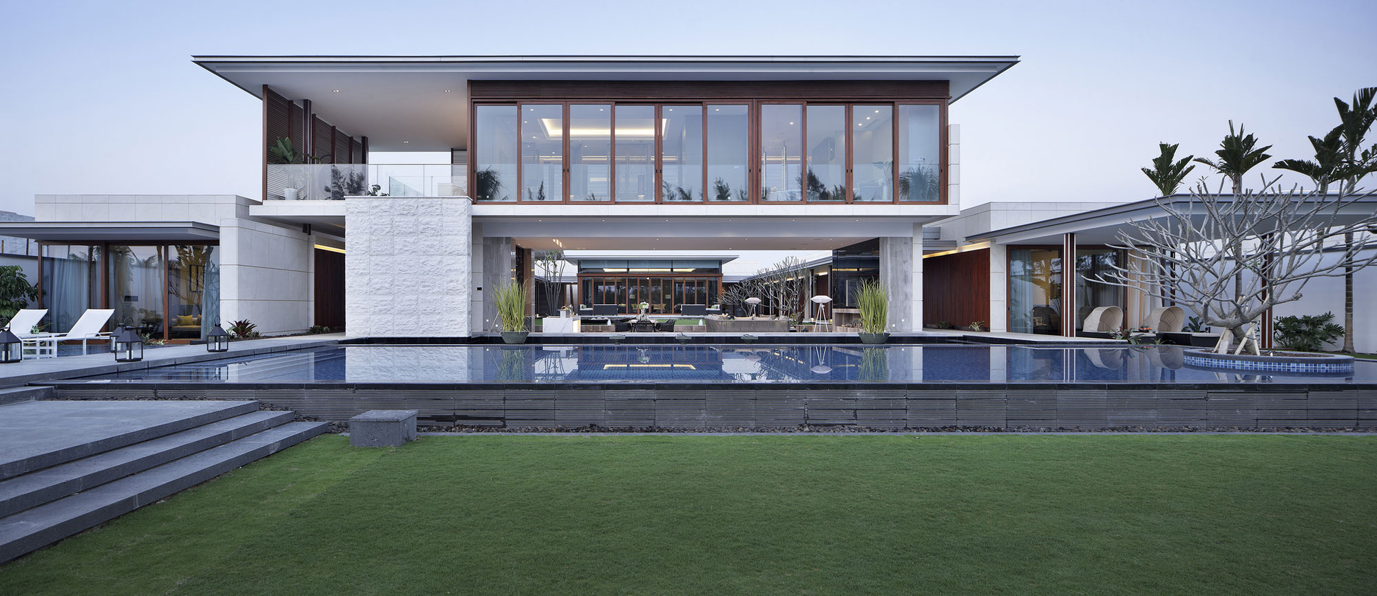 Large Pool, Lawn, Beachside Villas in Lingshui, Hainan, China