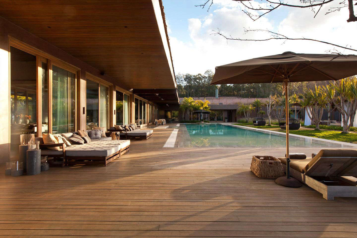 Deck terrace outdoor pool furniture house in nova lima for Bois exotique piscine