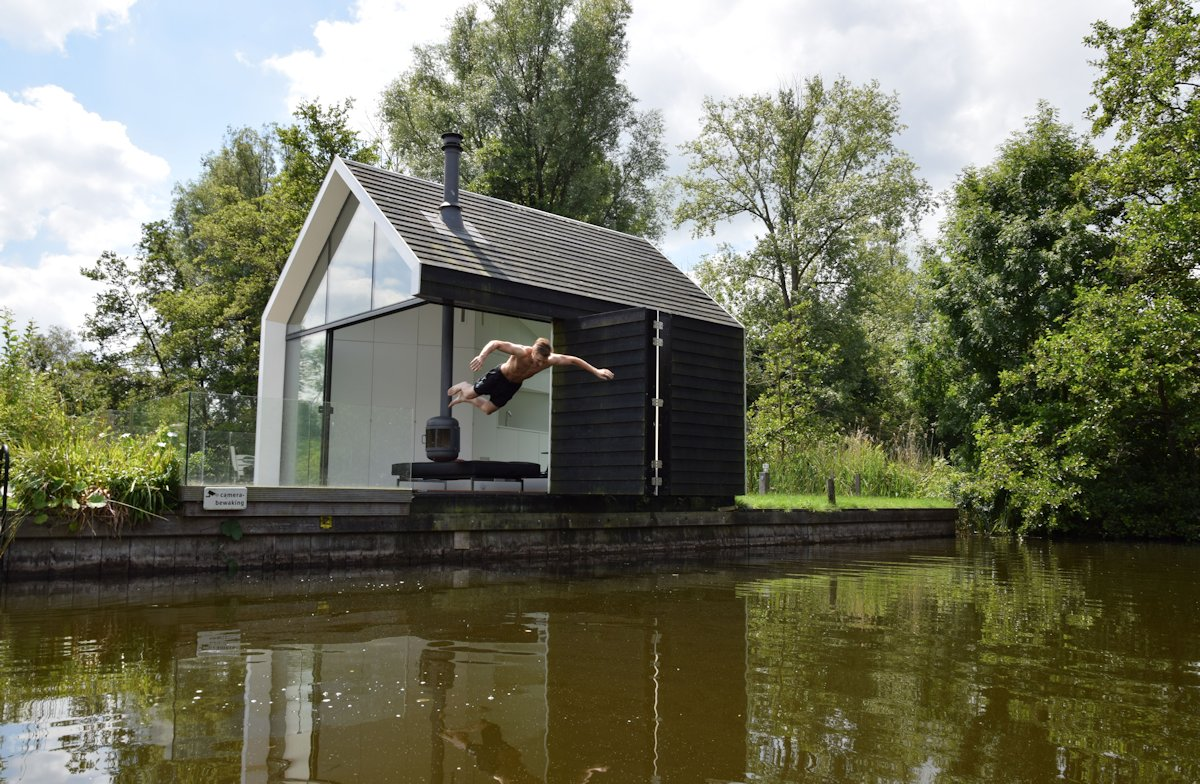 Compact lakeside holiday house in loosdrechtse the for Contemporary tiny house