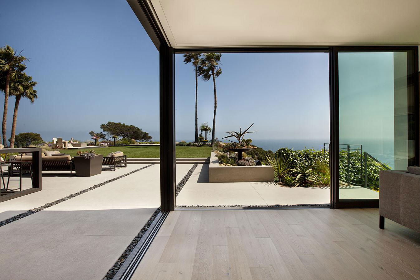Glass sliding doors terrace house in pacific palisades for Terrace house opening new doors