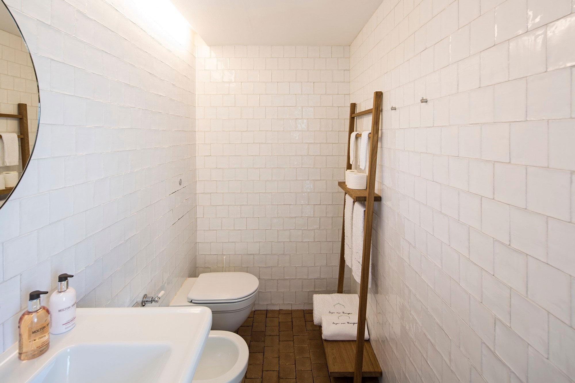 White Tiles, Bathroom