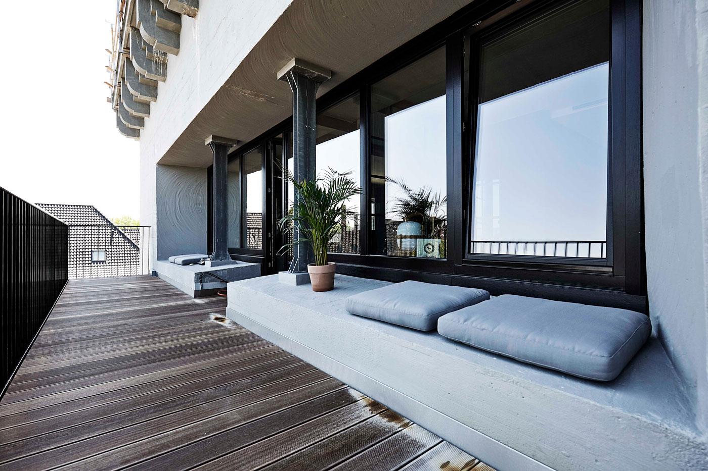 Balcony, seating area