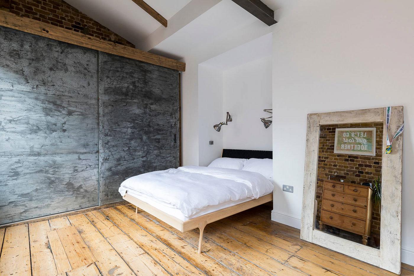 Bedroom, wooden flooring
