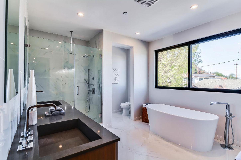 Smooth white bath tub